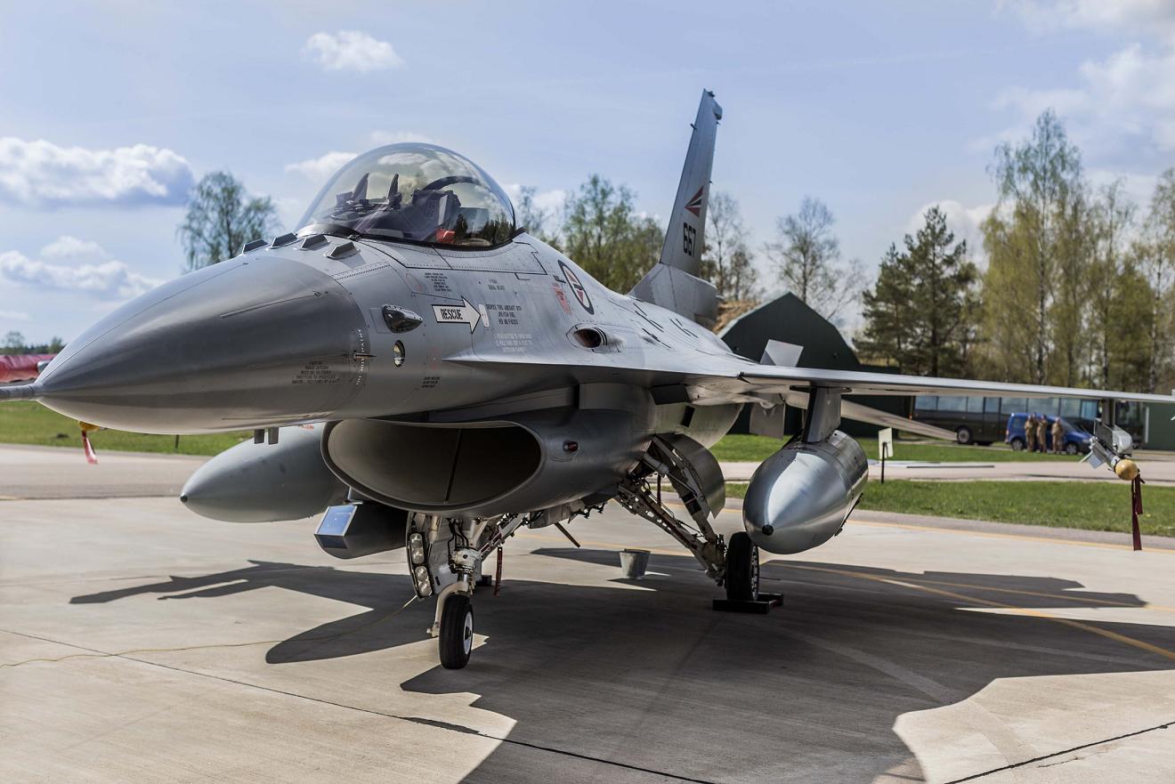 """Nowe uzbrojenie dla polskiego F-16 – czynasz """"waleczny sokół"""" jest wstanie udźwignąć taki bagaż?"""